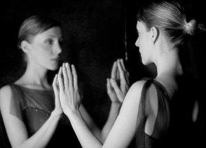 femeie in oglinda